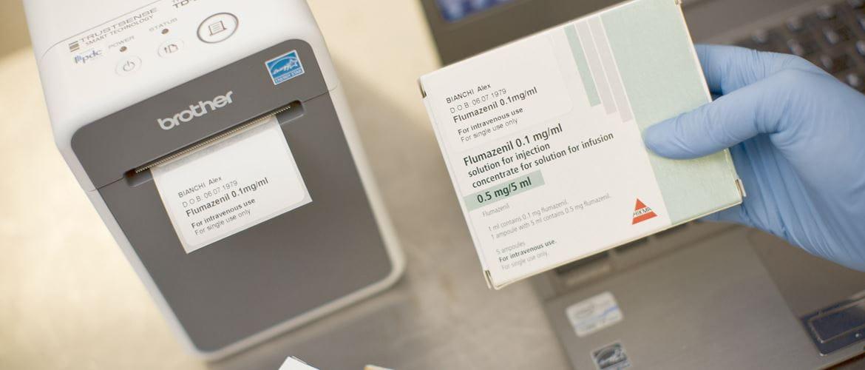 En Brother mobil skriver i TD-serien skriver ut en etikett til en pakke med medisiner