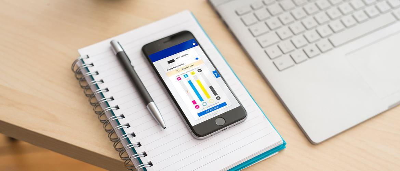 Smarttelefon med My Supplies appen åpen som viser blekk eller tonernivå på skriver