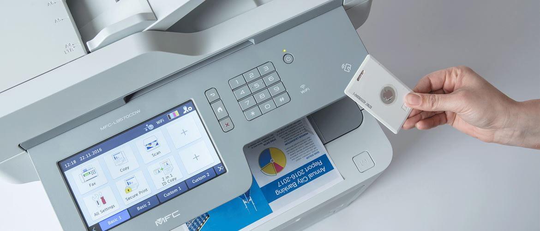 En person holder et ID-kort forran NFC leseren på en Brother skriver for sikker utskrift