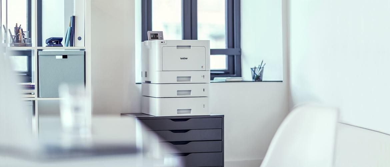 En brother skriver med tre papirmagasin på et kontor