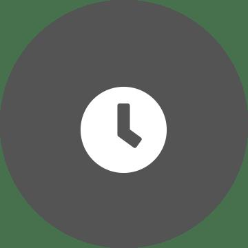 Baltas laikrodis pilkame rutulio formos fone
