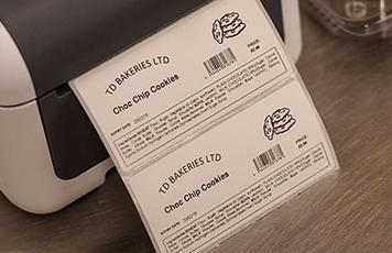 Brotherin etikettitulostin tulostaa tuotetietoja viivakoodein ja logoin.