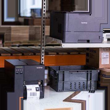 Mørk grå Brother laserskriver og etikettskriver i en hylle på et lager