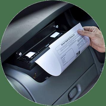 En Brother mobil skriver i PJ7-serien er montert i en bil og skriver ut et A4 dokument