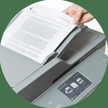 Sort-hvitt A4 dokument skannes i en Brother multifunksjon laserskriver