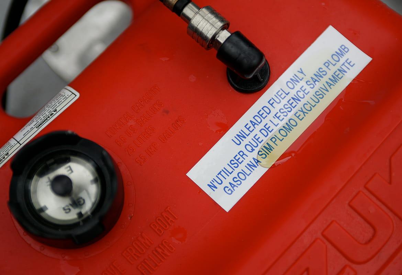 Slitesterk Brother P-touch tape på en drivstoffbeholder med sølt drivstoff på merkelappen