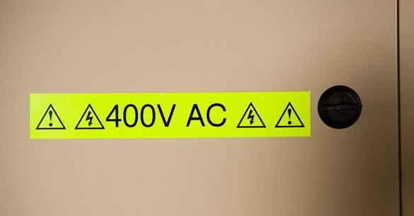 Brother fluoresceerende varsel skilting viser 400 volts AC
