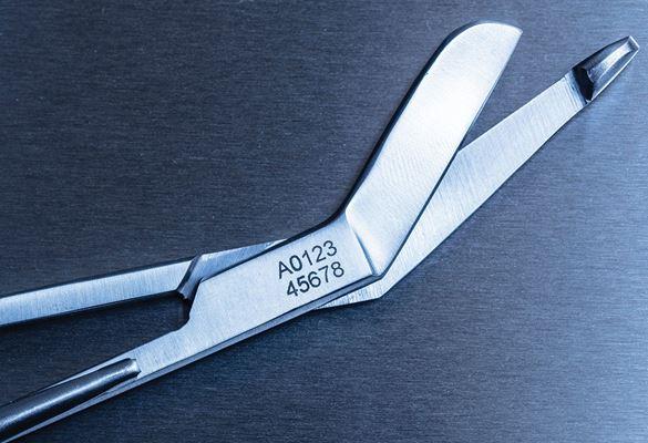 Medisinsk saks i rustfritt stål etset med et sporingsnummer ved hjelp av Brother stensiltape og elektrokjemisk utstyr