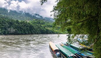 Fargerike båter som ligger i en elv