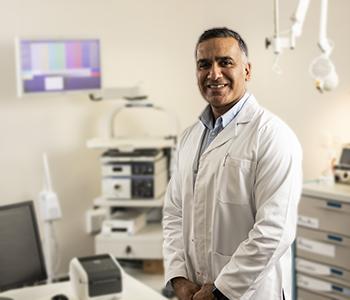 En lege på et legekontor med utstyr