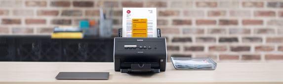 ADS-2400N scanner på skrivebord