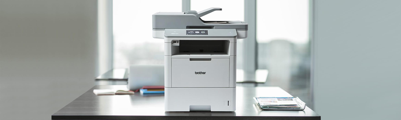Brother MFCL6900DW sort-hvtt laserskriver for arbeidsgruppen på et skrivebord