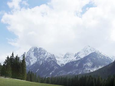 Et fjell med skyer