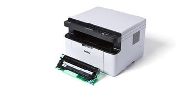 En tonerkassett ligger ved en Brother laserskriver