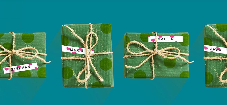Eilė kalėdinių dovanų pažymėtų Brother rausvų širdelių P-touch etikete