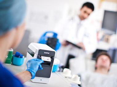 Brother TD2-serien - labelprinter/labelmaskine i hospitalsmiljø, der printer en label