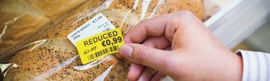 Leipään kiinnitetty keltainen tarramerkintä, jossa on merkitty hinnanalennus