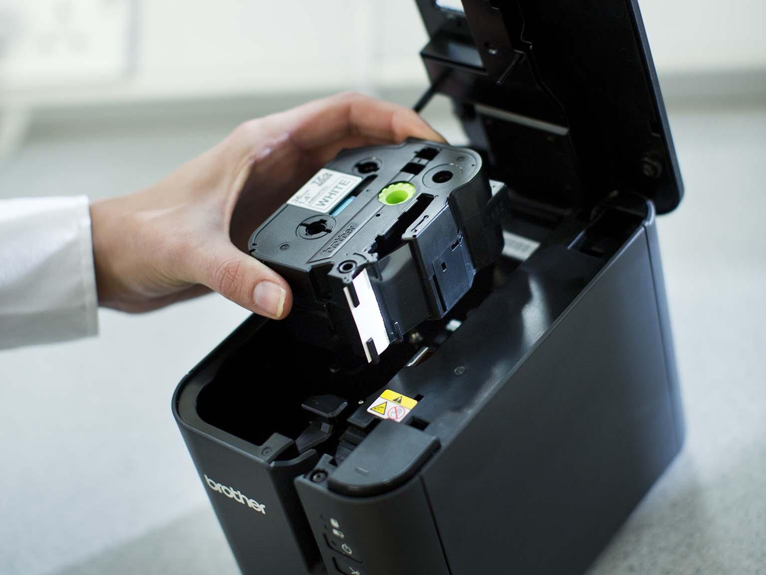 Brother TZe-tarrakasettia laitetaan PT-P900W-tarratulostimeen