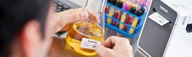 En etikett festes på en laboratorieflaske