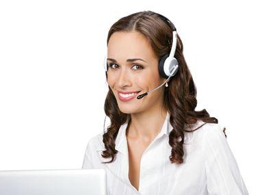 En kvinne med hodetelefoner på kundeservice