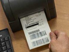Etikett med strekkoder skrives ut på en Brother etikettskriver i TD4T-serien