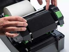 Terminio perdavimo rašalo juosta dedama į TD-4D etikečių spausdintuvą
