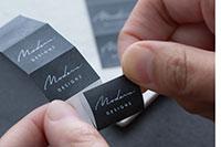 Brother P-touch CUBE Pro PTP910BT med halvkuttede merkelapper for å gjøre det enklere å ta av merkelappens bakside