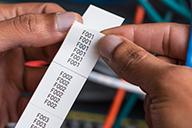 PT-E550WNIVP-tarratulostimella voit tulostaa useita tarroja pitkänä nauhana, jossa ne säilyvät oikeassa numerojärjestyksessä