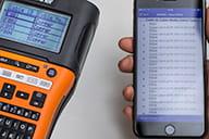Brother iLink & Label-app på en smarttelefon som laster opp kabel-ID-er til Brother PTE550WNIVP merkemaskin fra et Fluke Networks Linkware Live-prosjekt