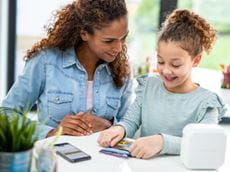 Äiti ja tytär suunnittelevat ja tulostavat tarroja P-touch CUBE Plus Home -tarratulostimella