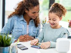 Mor og datter lager og skriver ut etiketter på Brother PTP710BTH CUBE Plus skriver og app