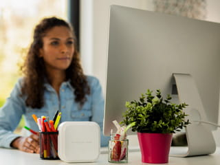 Woman using a Mac to print to her P-touch CUBE Plus label printer