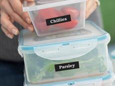 Matbeholdere merket med Brother P-touch merkelapper som identifiserer innholdet i boksene