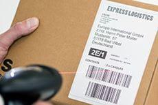 Eske med en etikett med strekkoder som skannes