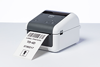 En etikett med strekkoder skrives ut på en Brother TD4520DN nettverksklar etikettskriver