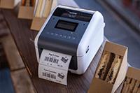 Brother TD-4550DNWB stalinis etikečių spausdintuvas spausdina maisto etiketę šalia sumuštinių