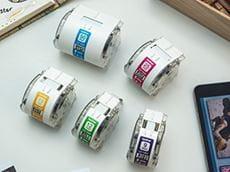 Fem Brother etikettruller i forskjellige bredder for Brother VC500W fullfarge etikettskriver