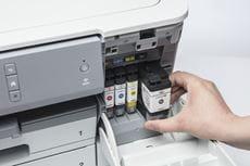 En blekkpatron blir installert i en Brother HL J6100DW blekkskriver