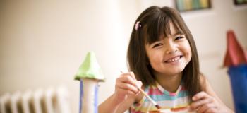 Et barn leker i en barnehage