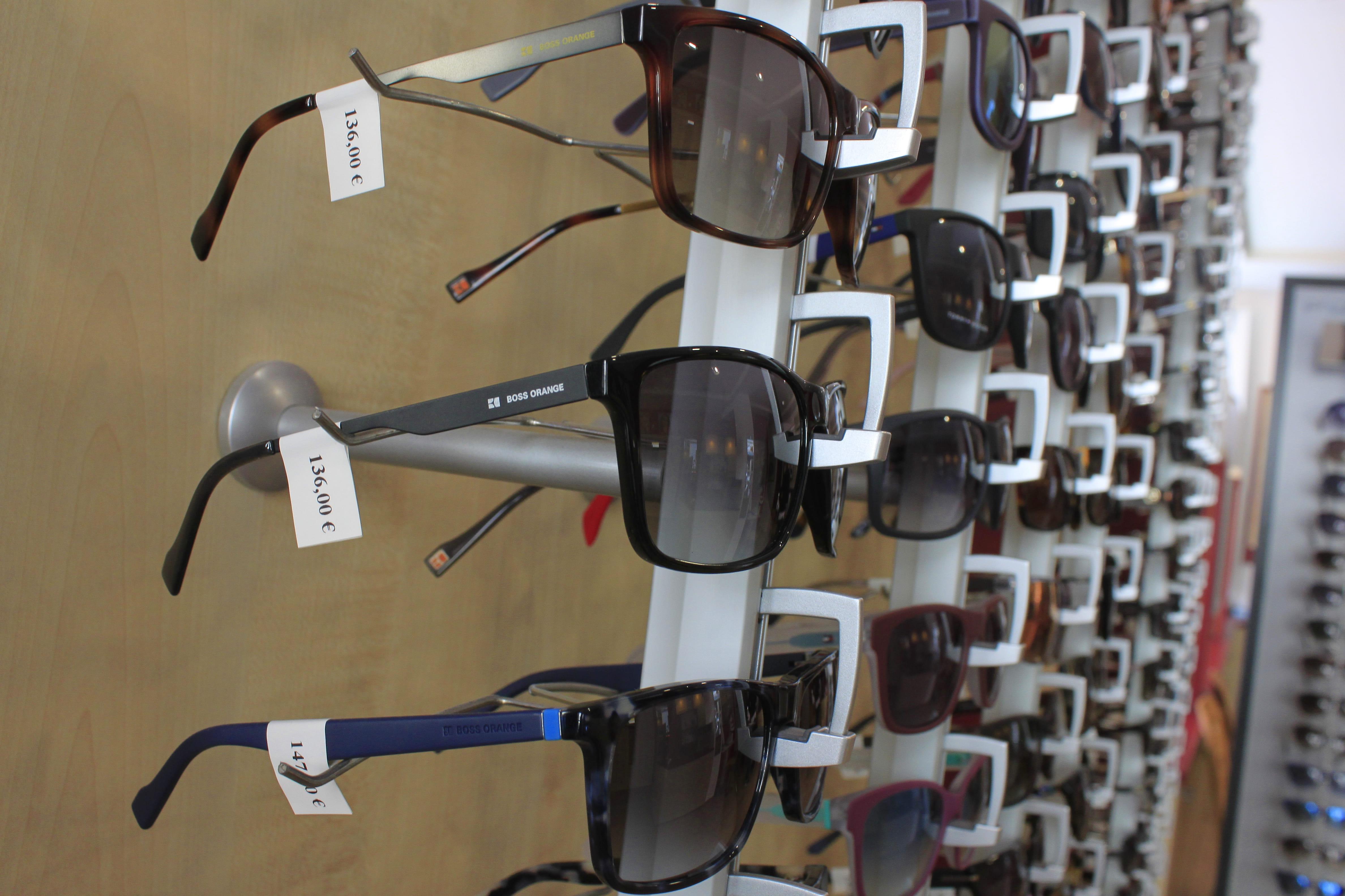 Solbriller med merkelapper i et stativ hos optiker
