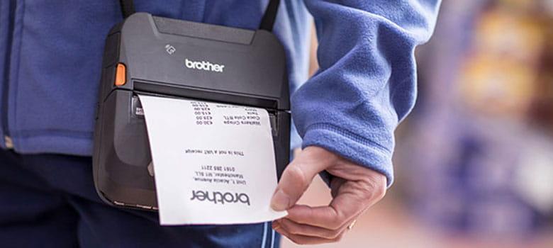 En person skriver ut en kvittering på en mobil kvitteringsskriver i Brother RJ-serien med skulderstropp