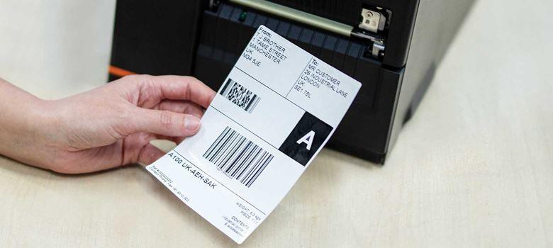 Fraktetikett utskrift från en industriell mobil skrivare i Brother TJ-serien på ett lager