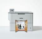 Brother sort-hvitt laserskriver med en dør som viser vei til et kontorlandskap