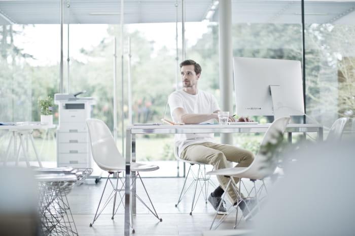 Mand der sidder i kontormiljø