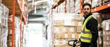 A melhor forma de etiquetar estantes no armazém para melhorar a eficiência na logística