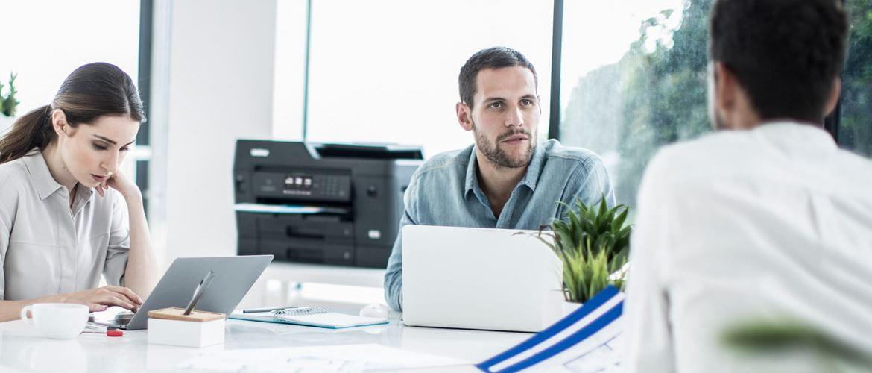 Pessoas no escritório com impressora multifunção de tinta Brother A3