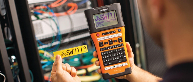 Etiqueta amarela ao lado do fabricante de etiquetas eletrônicas PT-E550WVP Brother