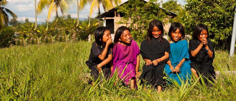 Cinco meninas em uma aldeia