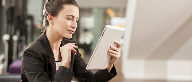 Mulher com tabuleta de consultoria de jaqueta preta