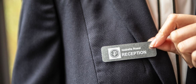 Etiqueta para de recepcionista de hotel